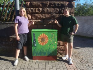 2012 - Jenni und Jugendwartin Michelle eröffnen die Weilerbacher Stromkastenmalaktion